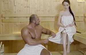 Joven rusa se mete en una sauna buscando una buena polla
