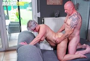 Ama de casa madura disfruta follando con su vecino