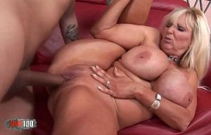 Rubia madura de tetas gigantes practica sexo con un desconocido