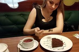 Tiene un orgasmo mientras se come una tarta de chocolate