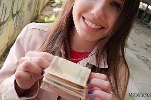 Colegiala ucraniana se gana un dinero inesperado de camino a casa