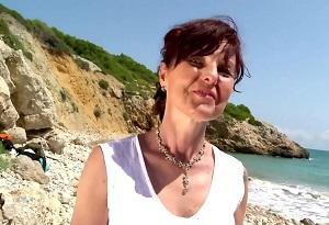 Una vieja cachonda disfruta del sexo en mitad de la playa