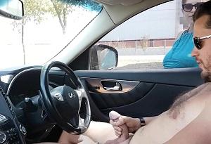 Una milf ayuda a un hombre desconocido a correrse en su coche