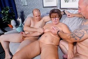 Madura alemana disfruta de un trío con sus dos vecinos