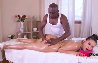 Andreina De Luxe disfruta de un masaje y de la polla de un negro