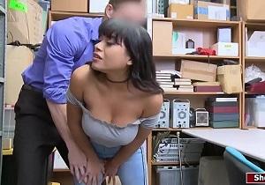 Un guarda de seguridad fuerza a una joven latina dentro del almacén
