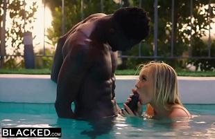 Bailey Brooke a solas en la piscina con su compañero de piso