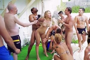 Joven rusa participa en una orgía con bondage al aire libre
