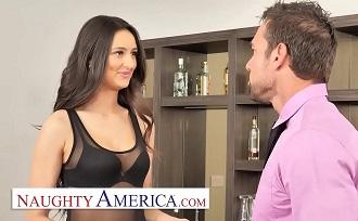 Sexy latina es el nuevo capricho de su jefe y follan en su despacho
