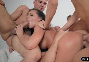 Adriana Chechik recibe dobles penetraciones durante una cena