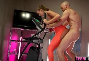 Jovencita intenta entrenar y acaba con los leggins rotos follando