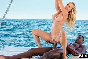 Brandi Love pasa las vacaciones follando al aire libre con un negro